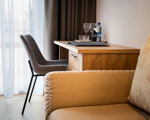 "Desk & couch ""Standard"" room category ©Rupert Mühlbacher (GA-Service)"