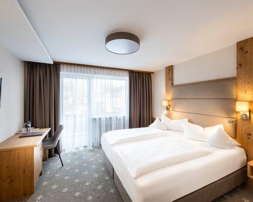 "Comfortable double room with carpet - ""Standard"" room category ©Rupert Mühlbacher (GA-Service)"
