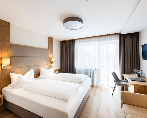 """Bright & spacious room with double bed - """"Standard"""" room category ©Rupert Mühlbacher (GA-Service)"""