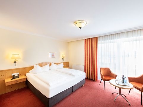 """Room with double bed """"Deluxe"""" room category ©Rupert Mühlbacher (GA-Service)"""